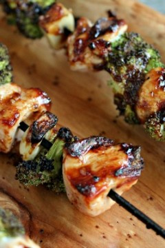 Chicken, Garlic and Broccoli Kebabs | kissmysmoke.com | #grill #bbq #chicken #poultry #kebabs
