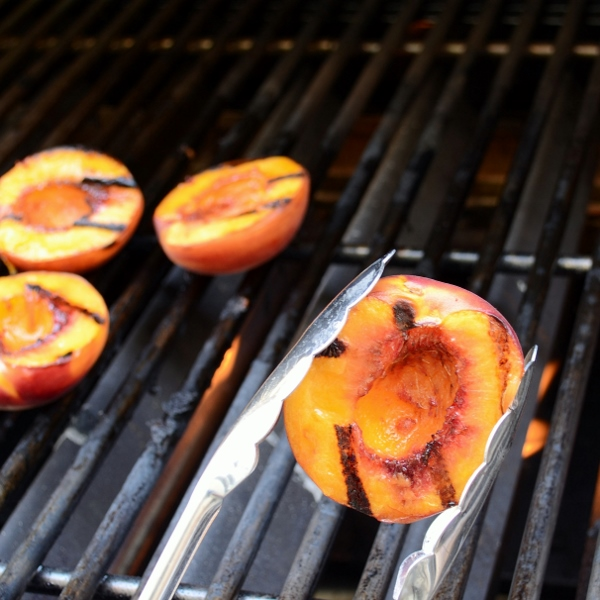 Grilling fresh peaches by Cakewalker: Guest post on kissmysmoke.com